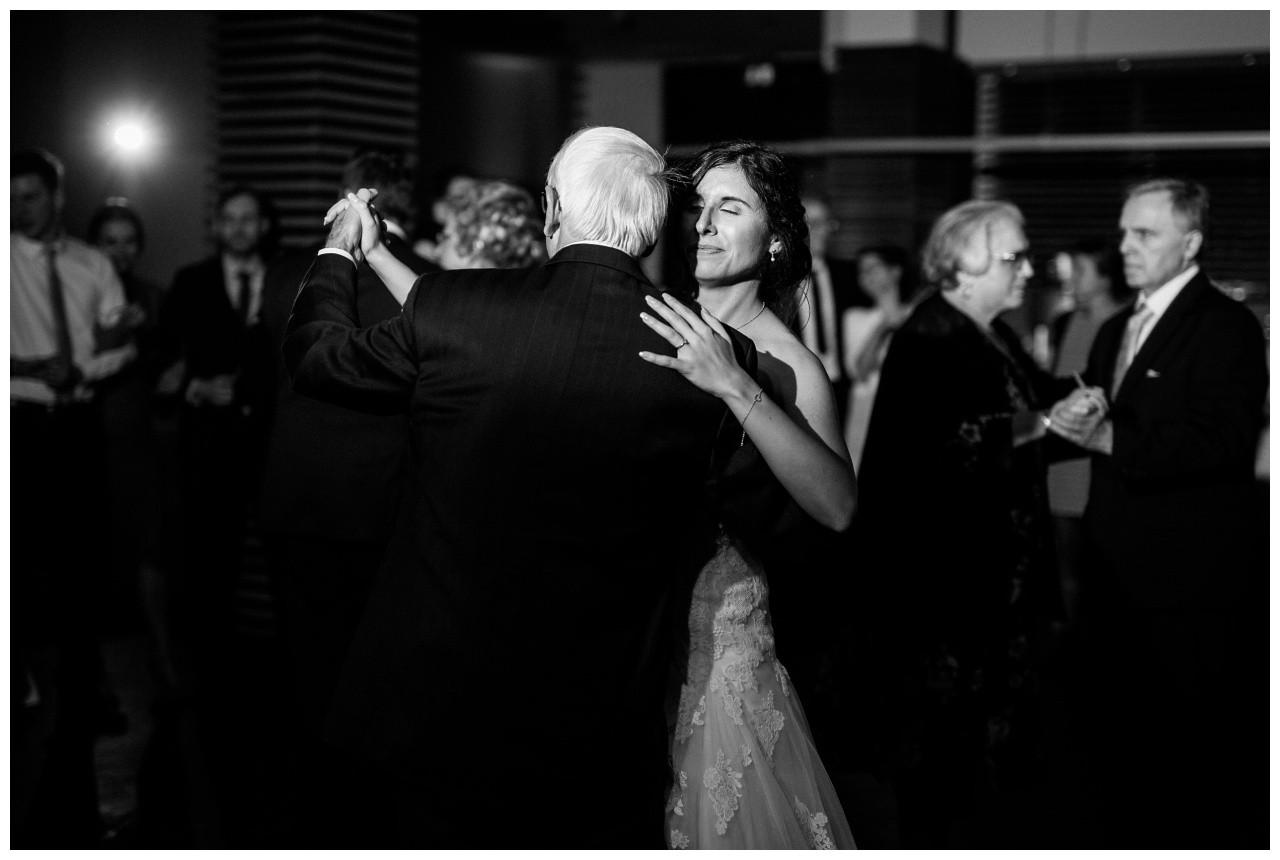 Der Brautvater tanz mit der Braut bei der Hochzeit in Gelsenkirchen