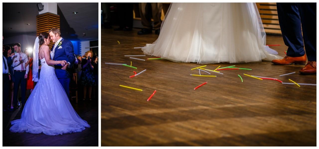 Das Brautpaar tanzt den Hochzeitstanz bei der Ruhrpott Hochzeit im Heiner's in Gelsenkirchen