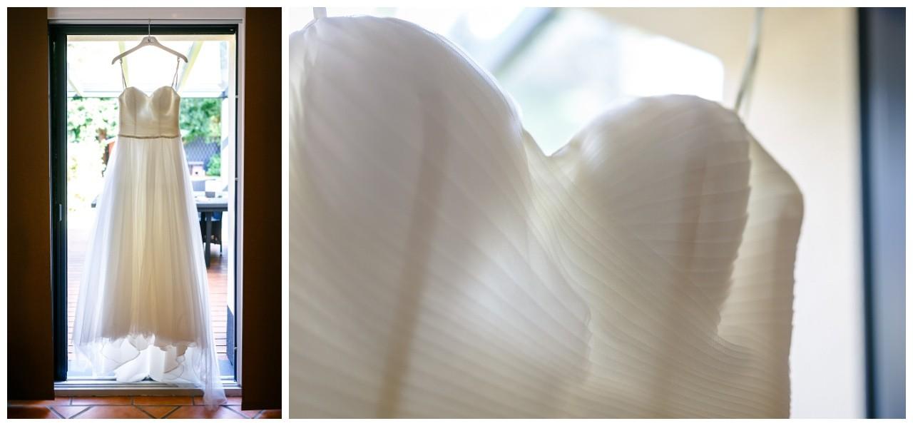 Das Brautkleid hängt am Fenster