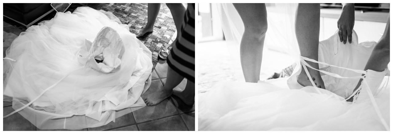 Die Braut steigt ins Brautkleid vor der Hochzeit in Mönchengladbach
