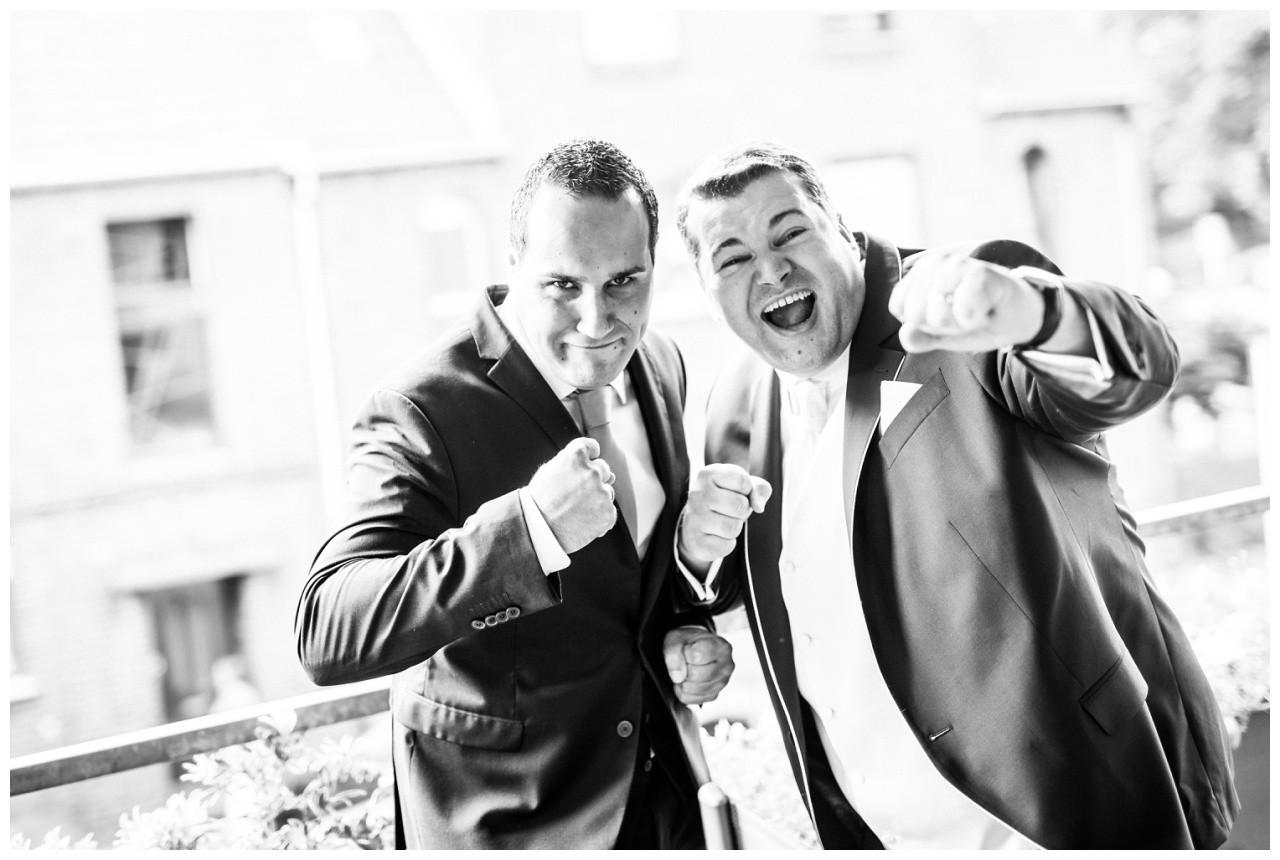 witziges Bild Trauzeuge und Bräutigam vor der Hochzeit in Mönchengladbach