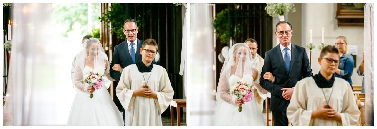 Der Brautvater führt seine Braut in die Kirche in Mönchengladbach