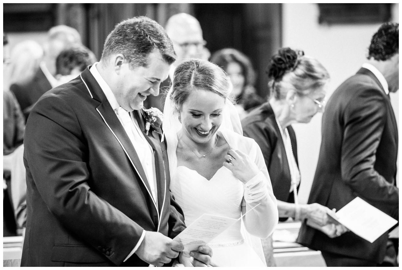 Braut und Bräutigam vor dem Altar fotografiert vom Hochzeitsfotograf Mönchengladbach