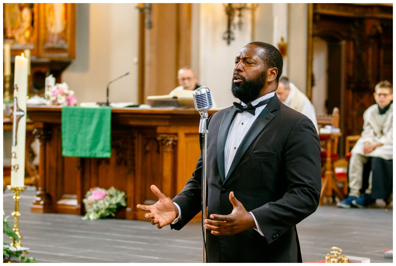 Gospelsänger in der Kirche zur Hochzeit