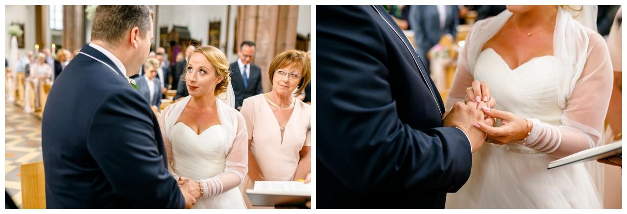 Die Braut steckt dem Bräutigam den Ehering an bei der kirchlichen Trauung in Mönchengladbach