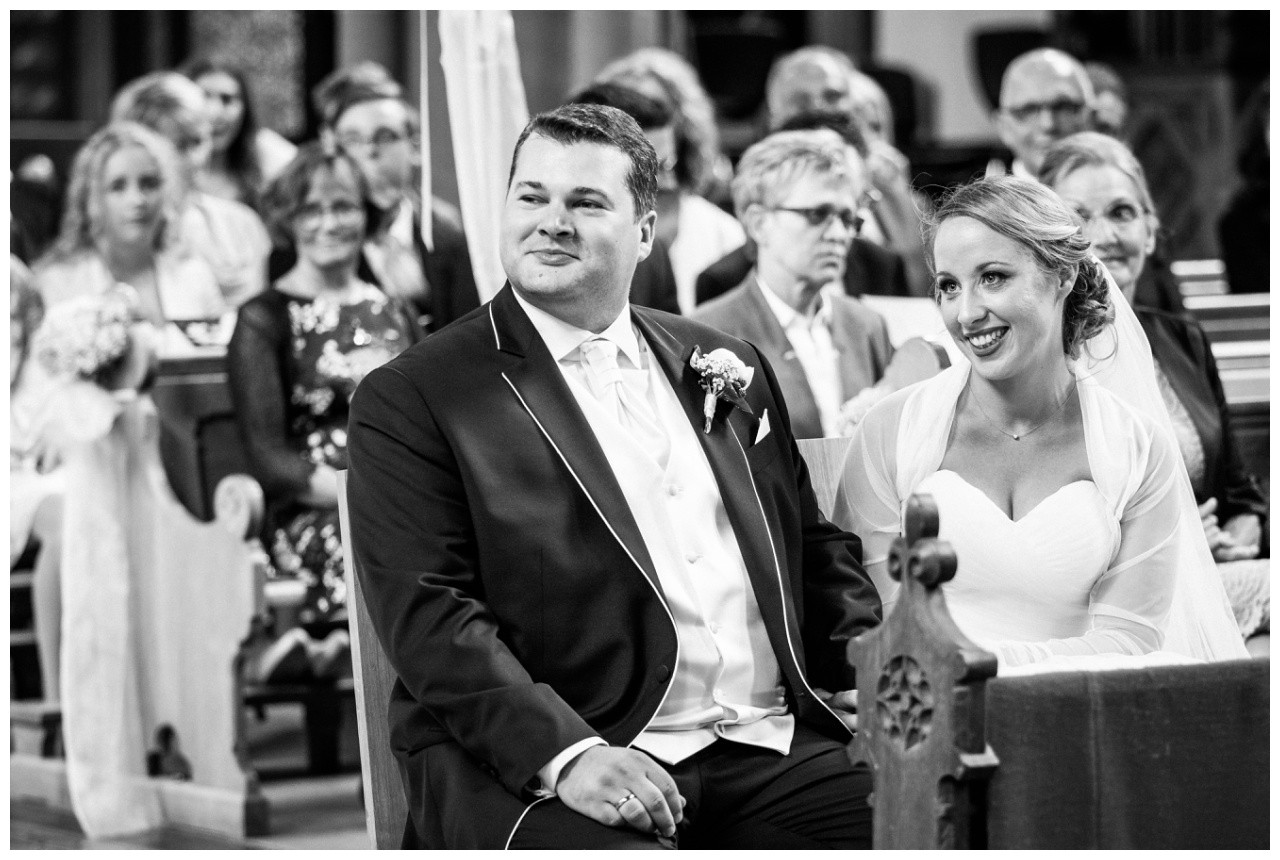 Braut und Bräutigam sitzen am LAtar in der St. Joseph Kirche in Mönchengladbach