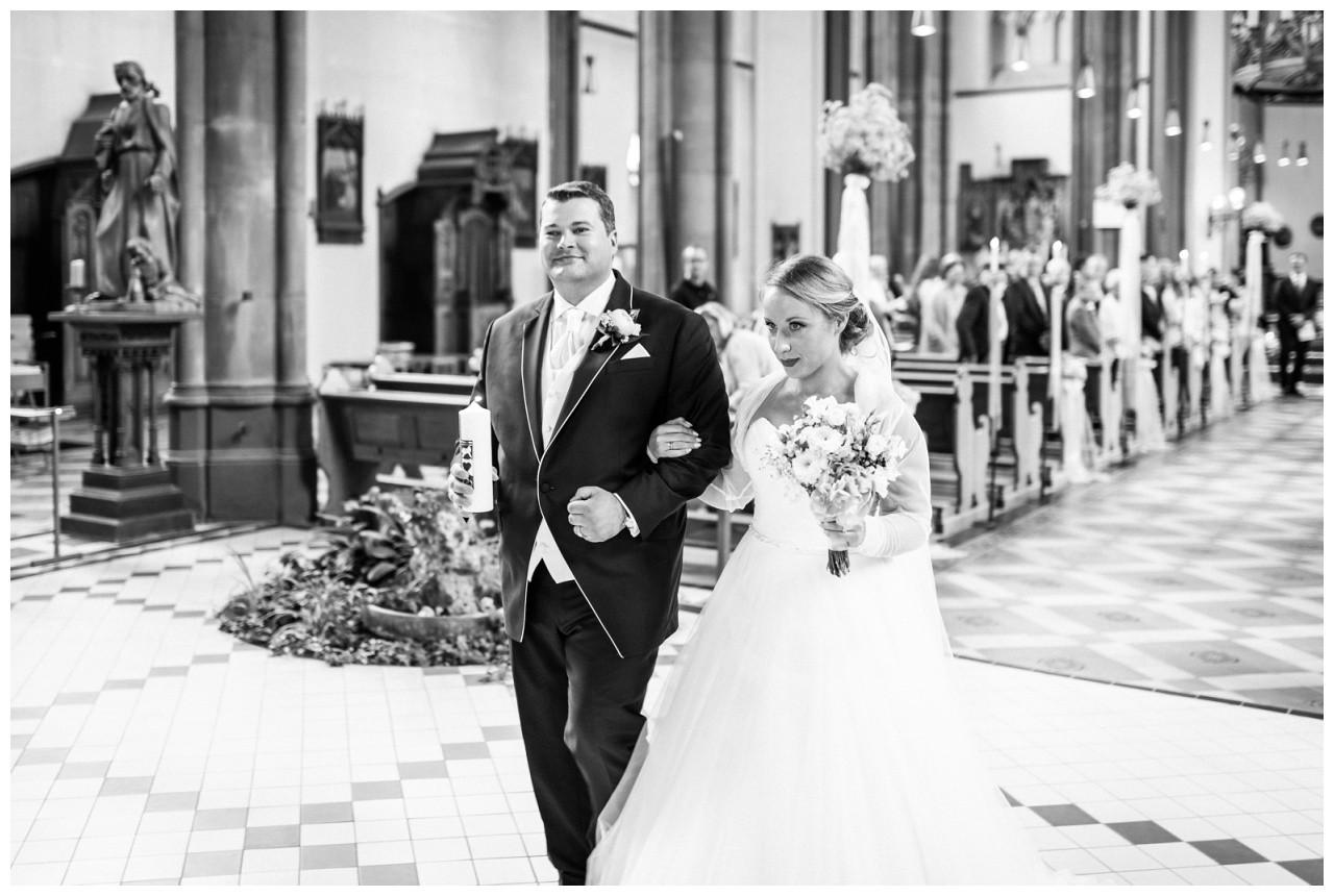 Braut und Bräutigam kommen aus der Kirche bei der Hochzeit in Mönchengladbach