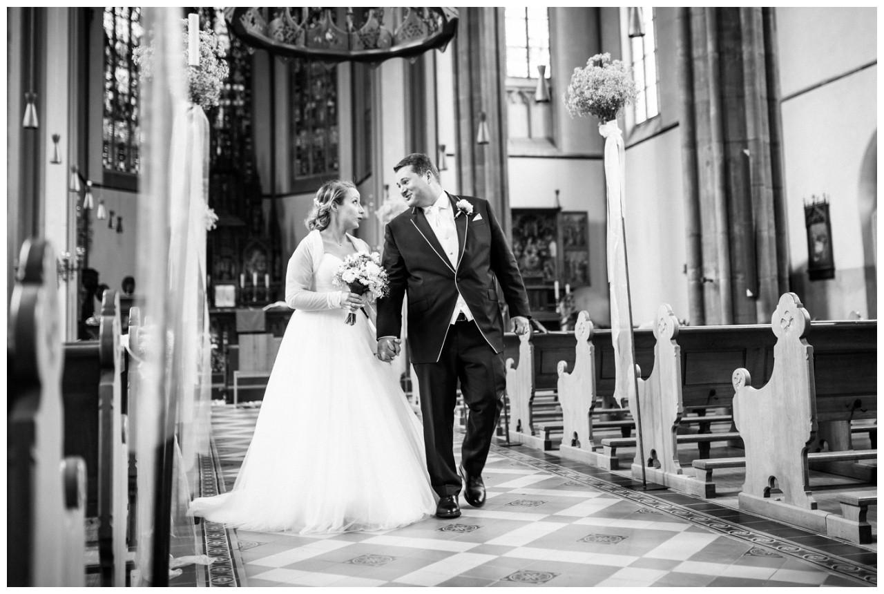 Braut und Bräutigam ziehen aus der Kirche bei der Hochzeit in Mönchengladbach