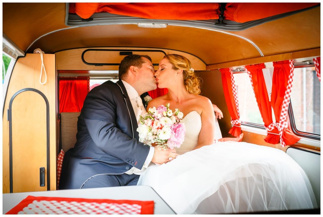 Braut ubd Bräutigam im alten VW Bulli bei der Hochzeit in Krefeld
