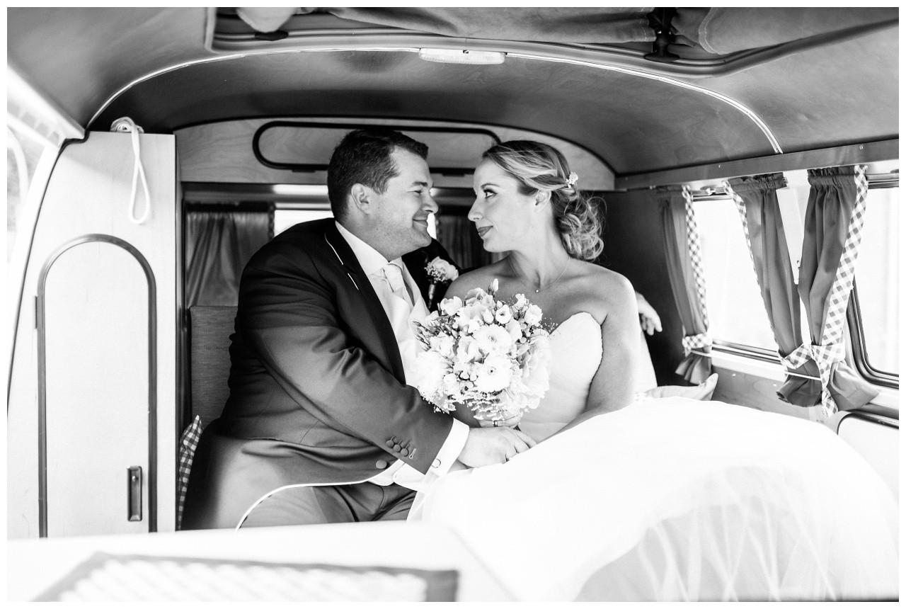 Braut und Bräutigam im alten VW Bulli bei der Hochzeit in Krefeld