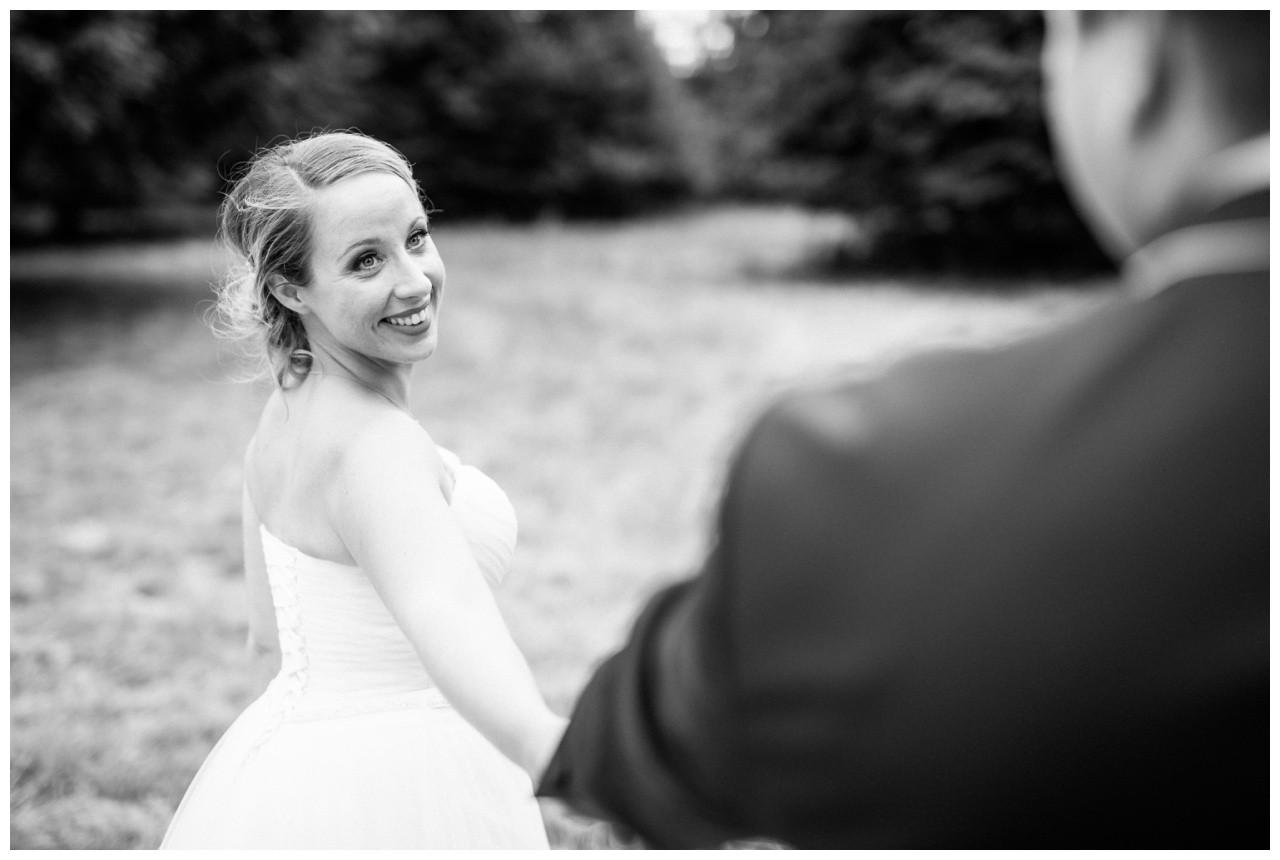 Die Braut strahlt ihren Bräutigam an beim Hochzeitsshooting in Krefeld