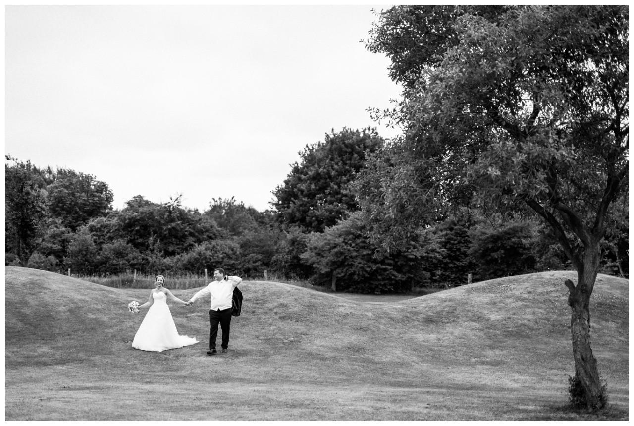Braut ubd Bräutigam auf dem Golfplatz der Elfrather Mühle in Krefeld