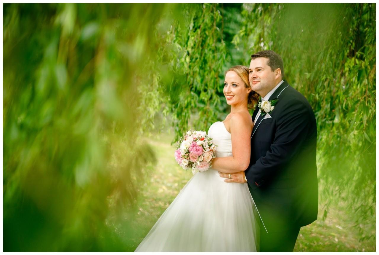 Braut und Bräutigam bei der Hochzeit in der Elfrather Mühle in Krefeld