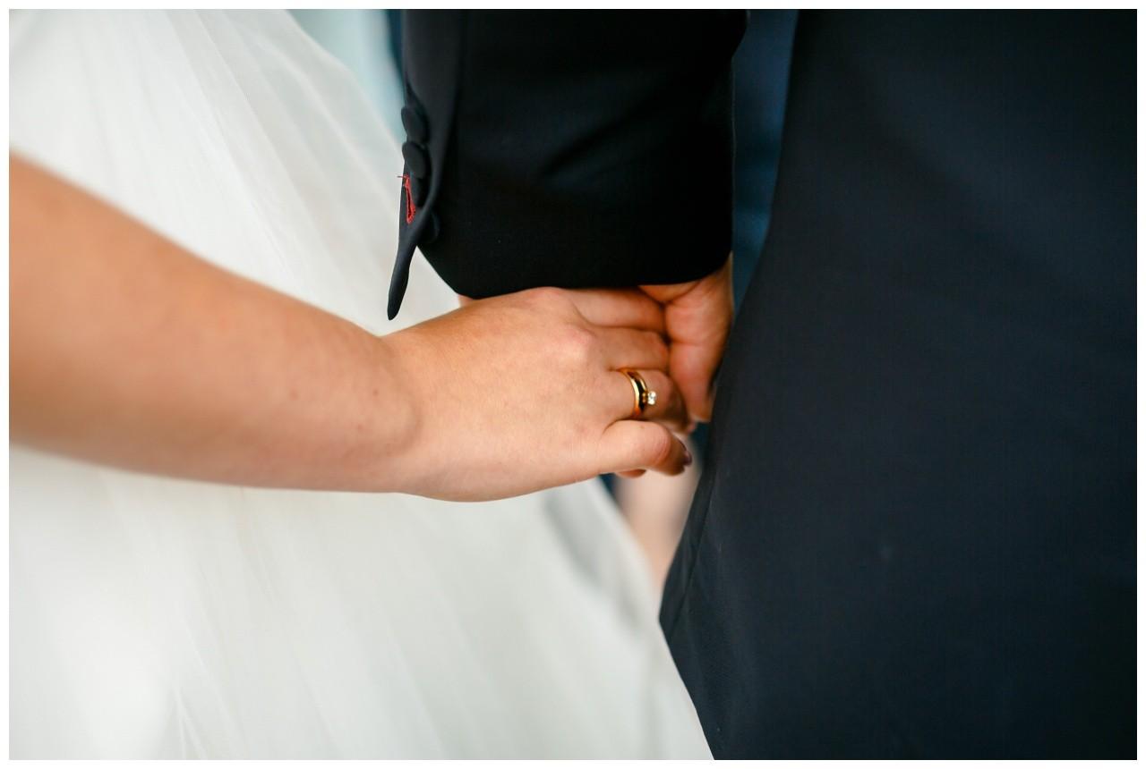 Die Hände des Brautpaares bei der Hochzeit in der Elfrather Mühle in Krefeld