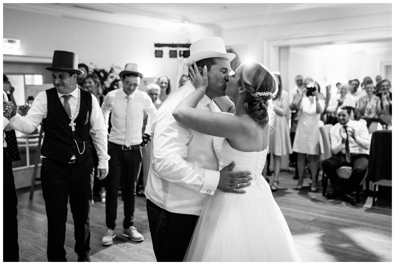 Das Brautpaar küsst sich zur Hochzeit in der Elfrather Mühle in Krefeld