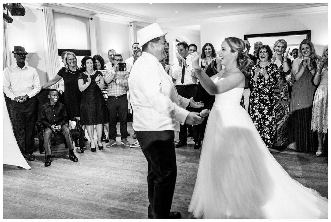 Das Brautpaar tanzt ib der Elfrather Mühle