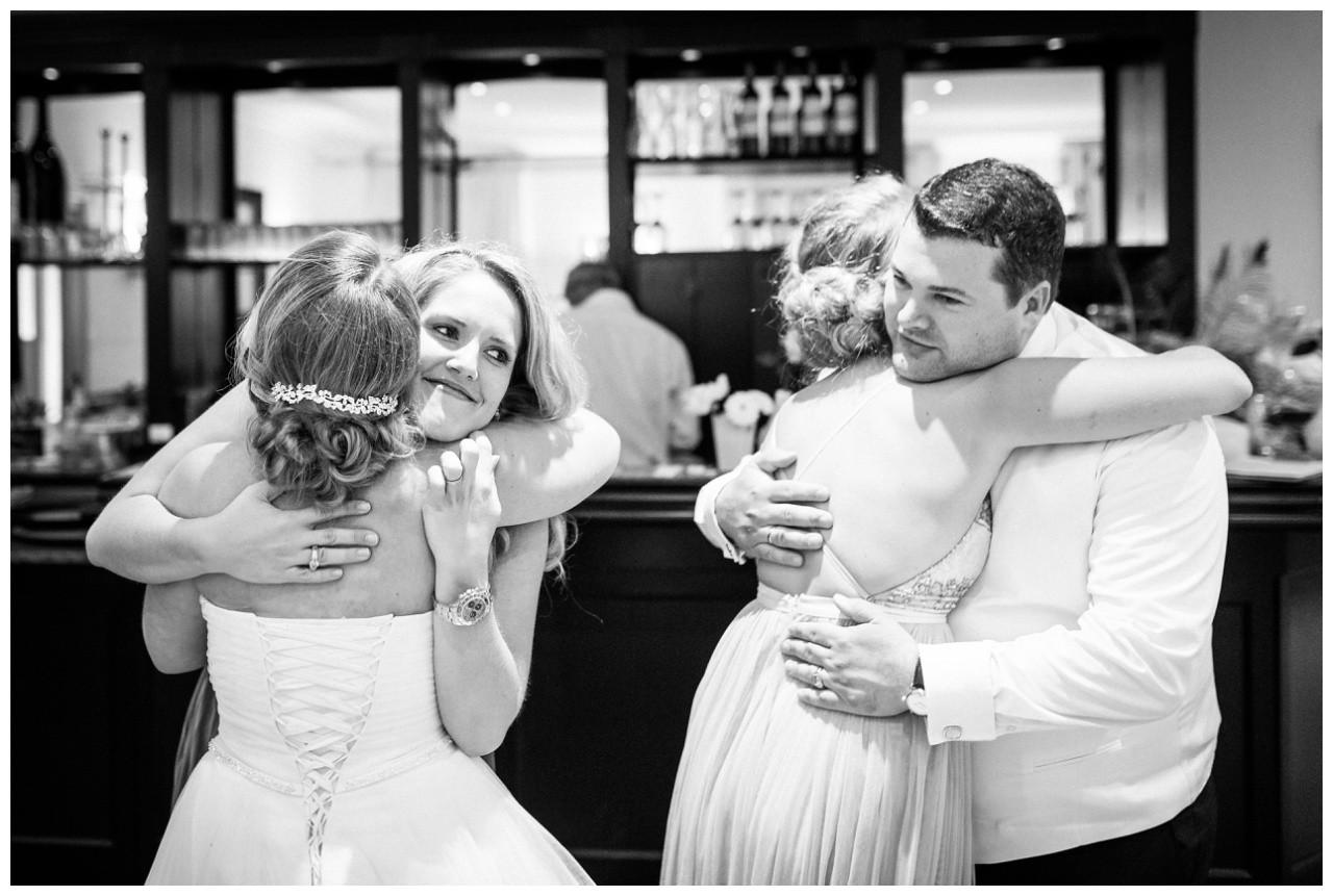 Die Gäste gratulieren dem Brautpaar in Krefeld