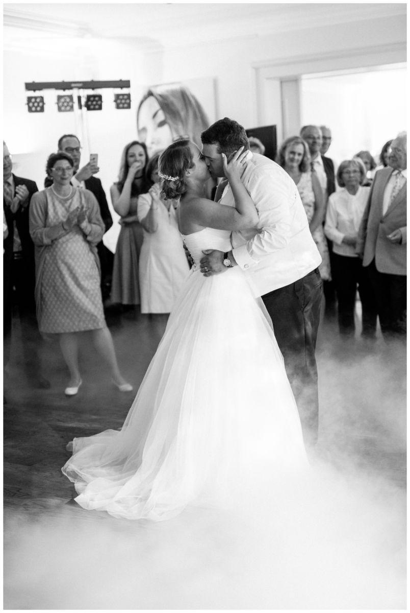 Das Brautpaar küsst sich in der Elfrather Mühle in Krefeld
