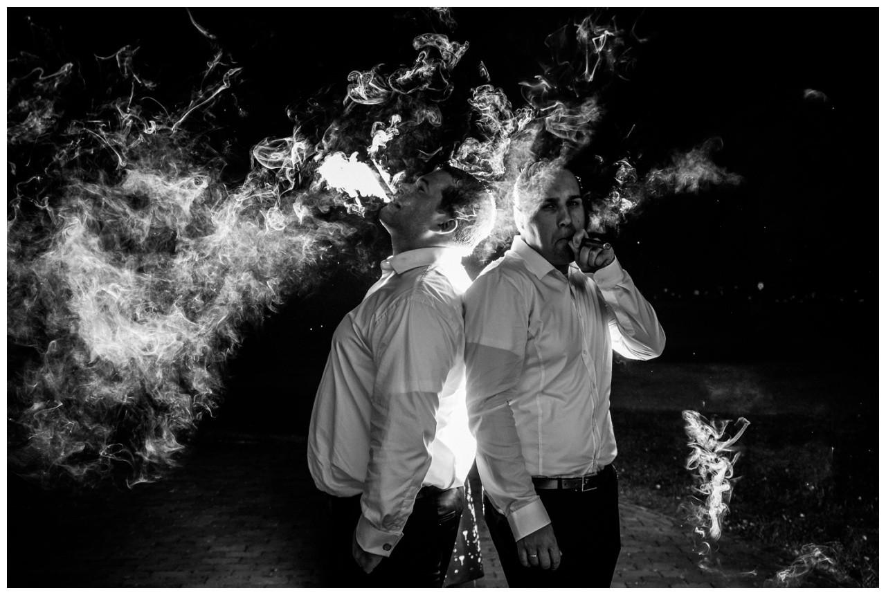 Fotos mit Zigarren im Dunkeln vom Hochzeitsfotograf Krefeld