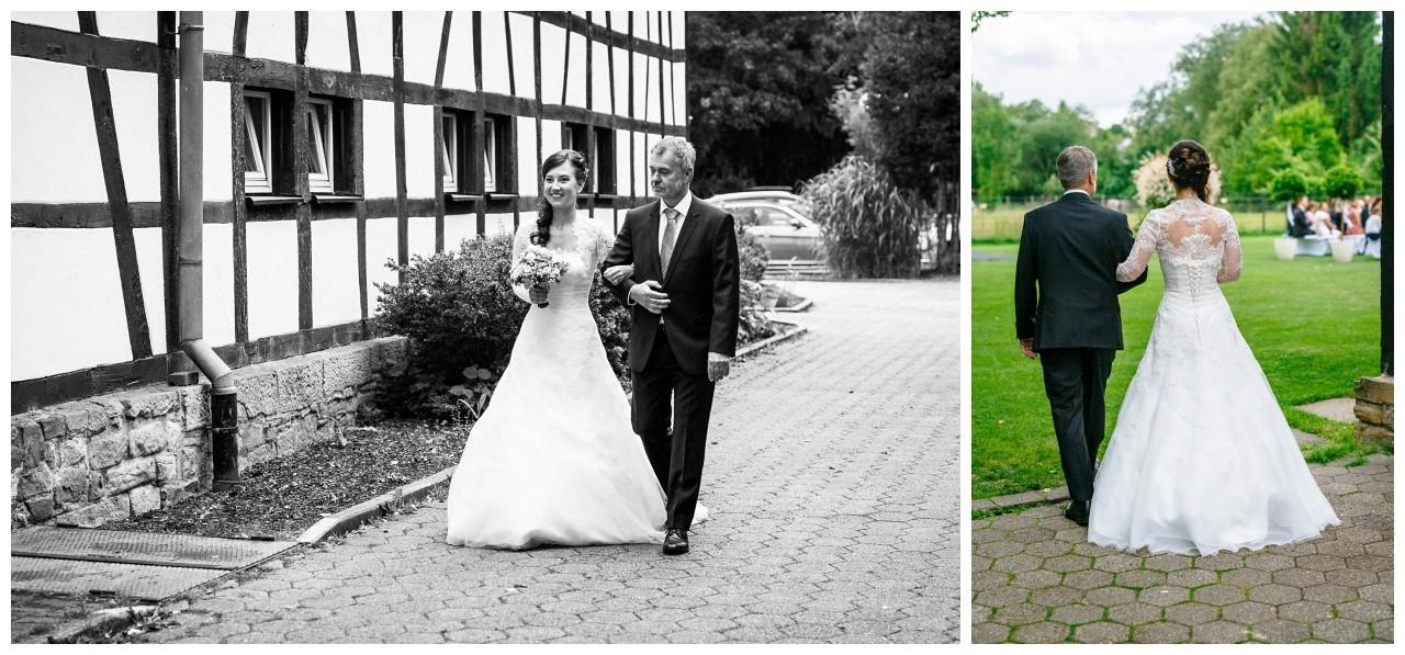Der Brautvater führt die Braut zur Freien Trauung in Dortmund