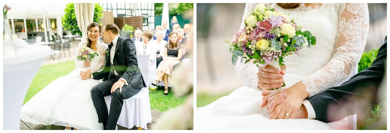 Das Brautpaar sitzt vor dem Altar in Dortmund