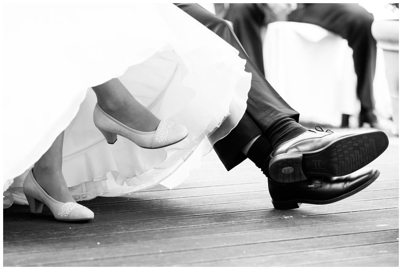 Nahaufnahme der Schuhe von Braut und Bräutigam