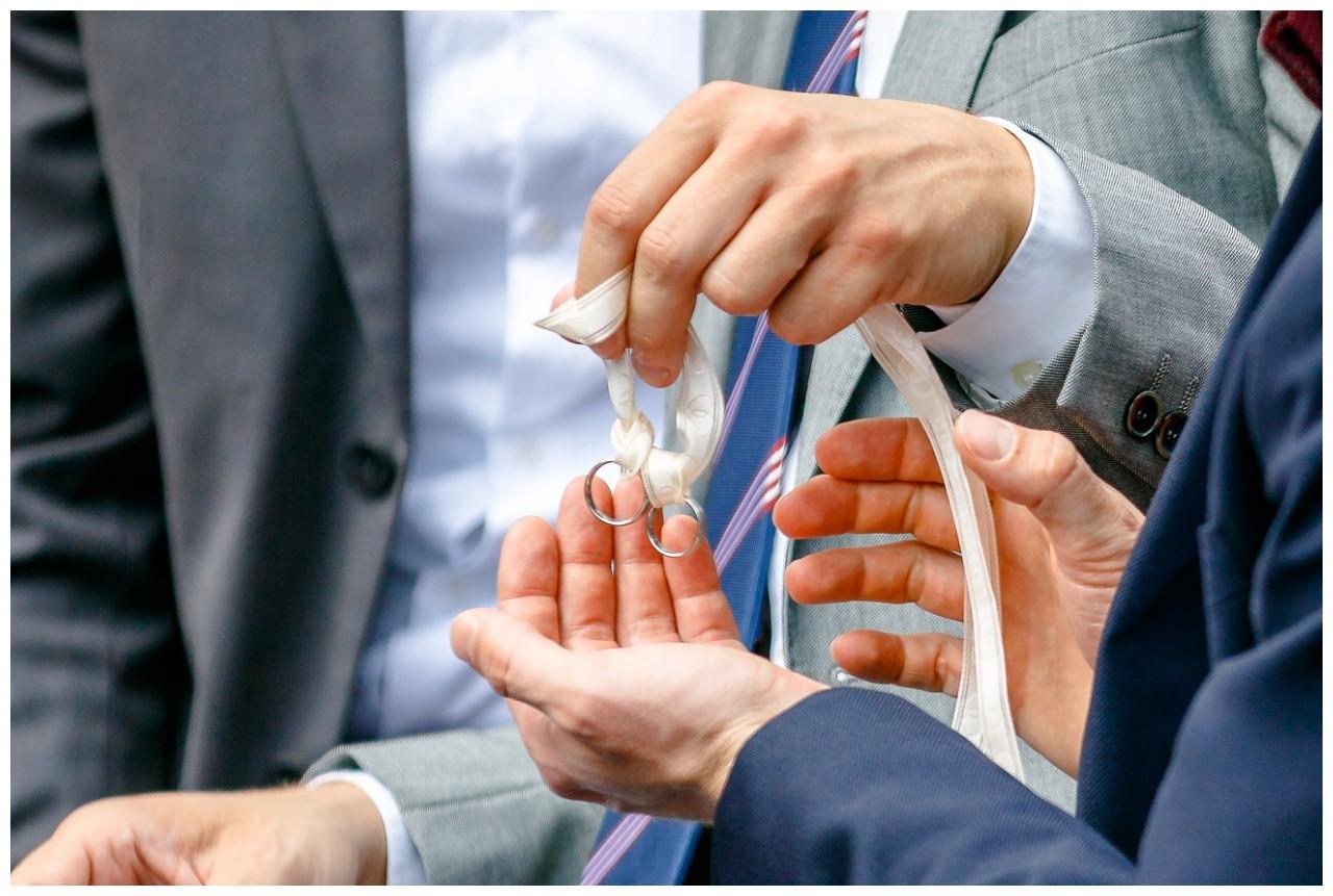 Die Gäste segnen die Eheringe bei der Freien Trauung in Dortmund