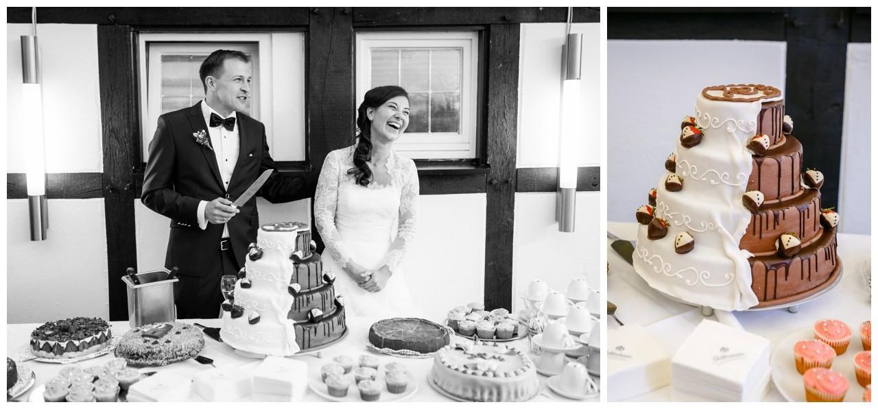 Hochzeitstorte Schoko weiß, Tortenanschnitt durch das Brautpaar bei der Freien Trauung in Dortmund