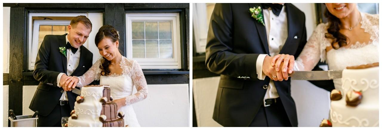 Hochzeitstortenanschnitt durch das Brautpaar in Dortmund