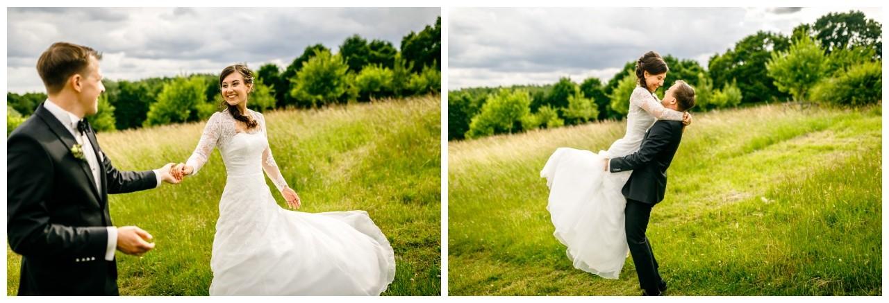 Bei der Hochzeit in Dortmund machte der Hochzeitsfotograf Bi;der des Brautsppares im Grünen