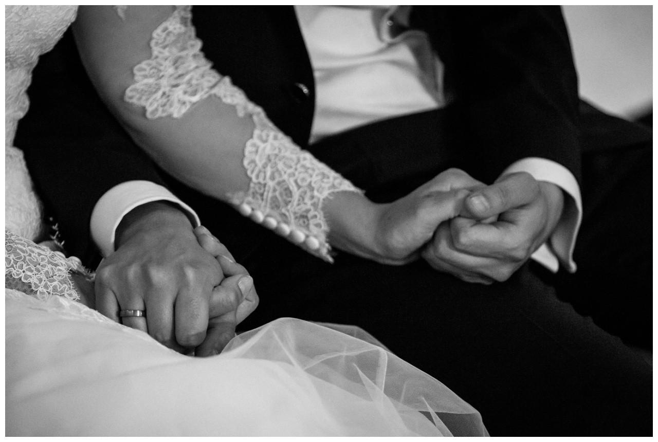Während der Freien Trauung in Dortmund hält das Brautpaar Händchen