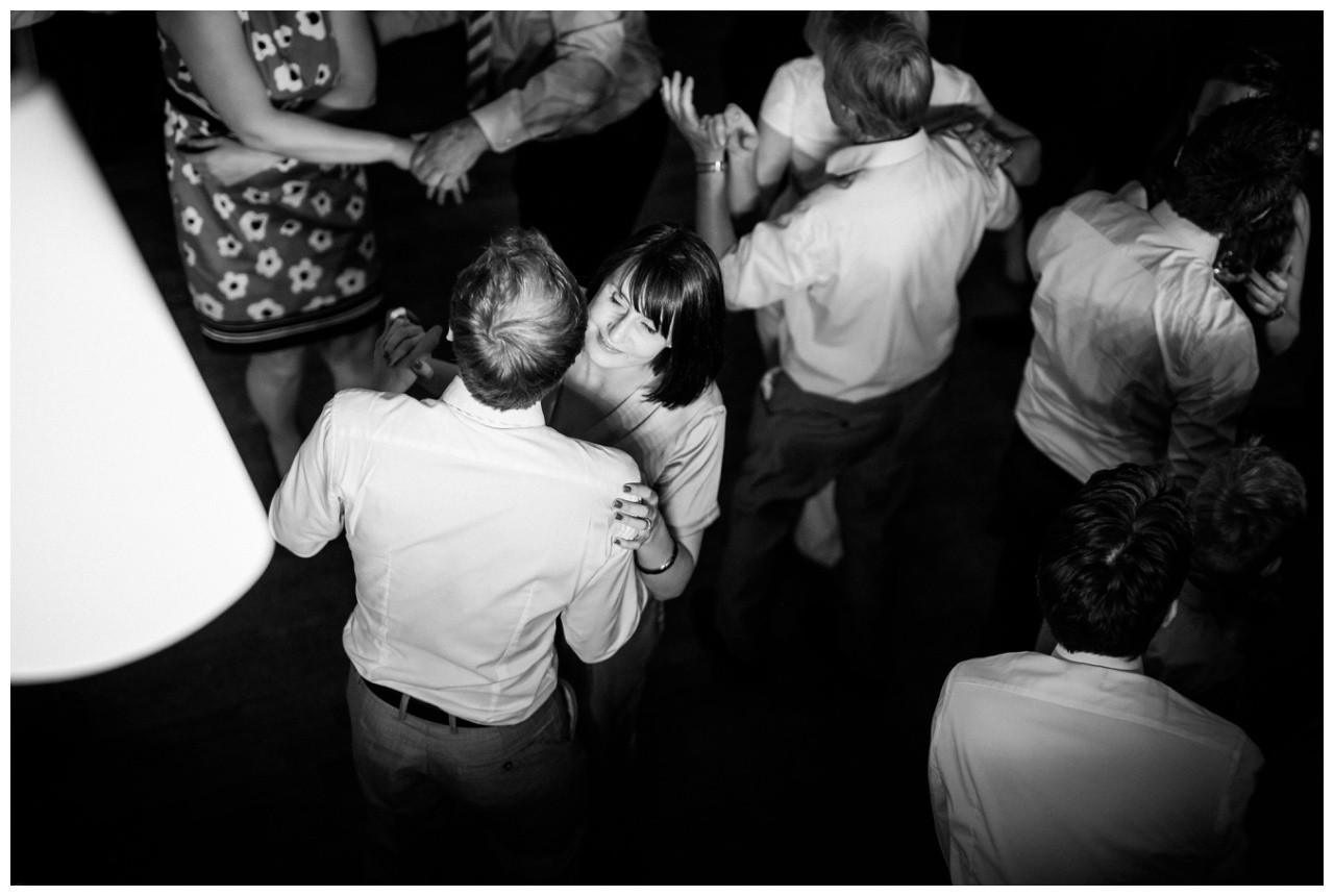 Hochzeitsparty Dortmund ein Paar tanzt eng umschlungen