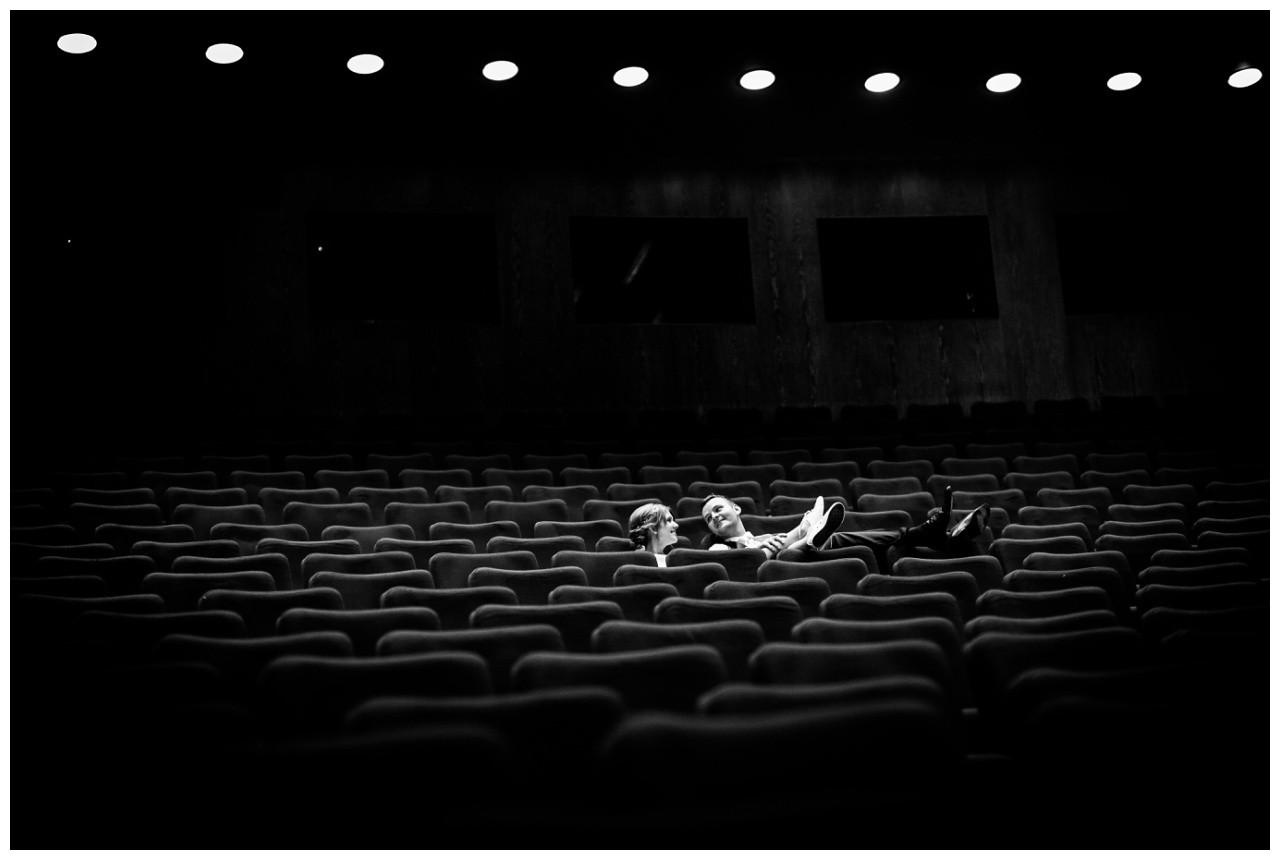 Das Brautpaar sitzt alleine im Theatersaal des Ruhrfestspielhauses Recklinghausen