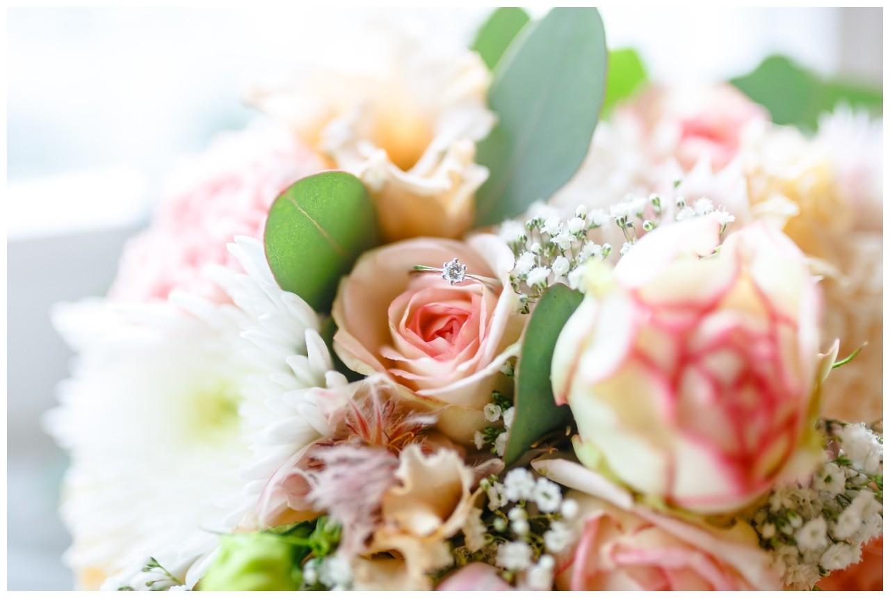 Der Verlobungring liegt im Brautstrauß