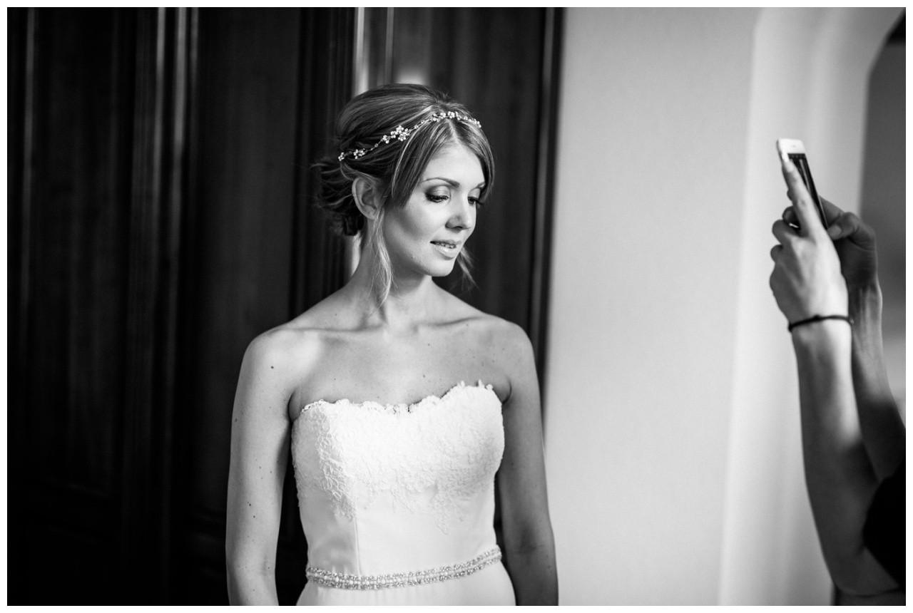Die Visagistin macht ein Foto vom Braut MakeUp in der Engelsburg in Recklinghausen