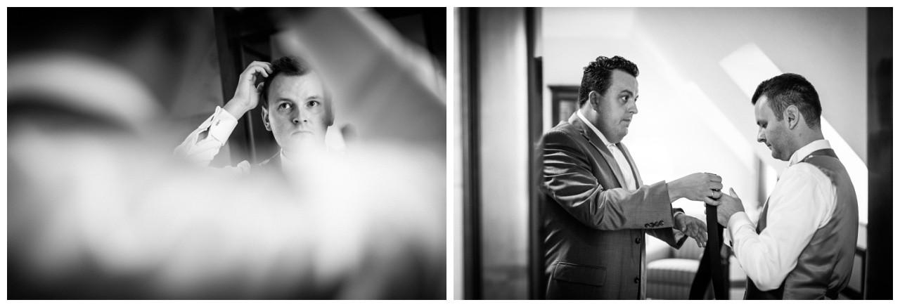 Der Trauzeuge hilft beim Getting Ready dem Bräutigam beim Anziehen vor der Hochzeit im Ruhrfestspielhaus in Recklinghausen