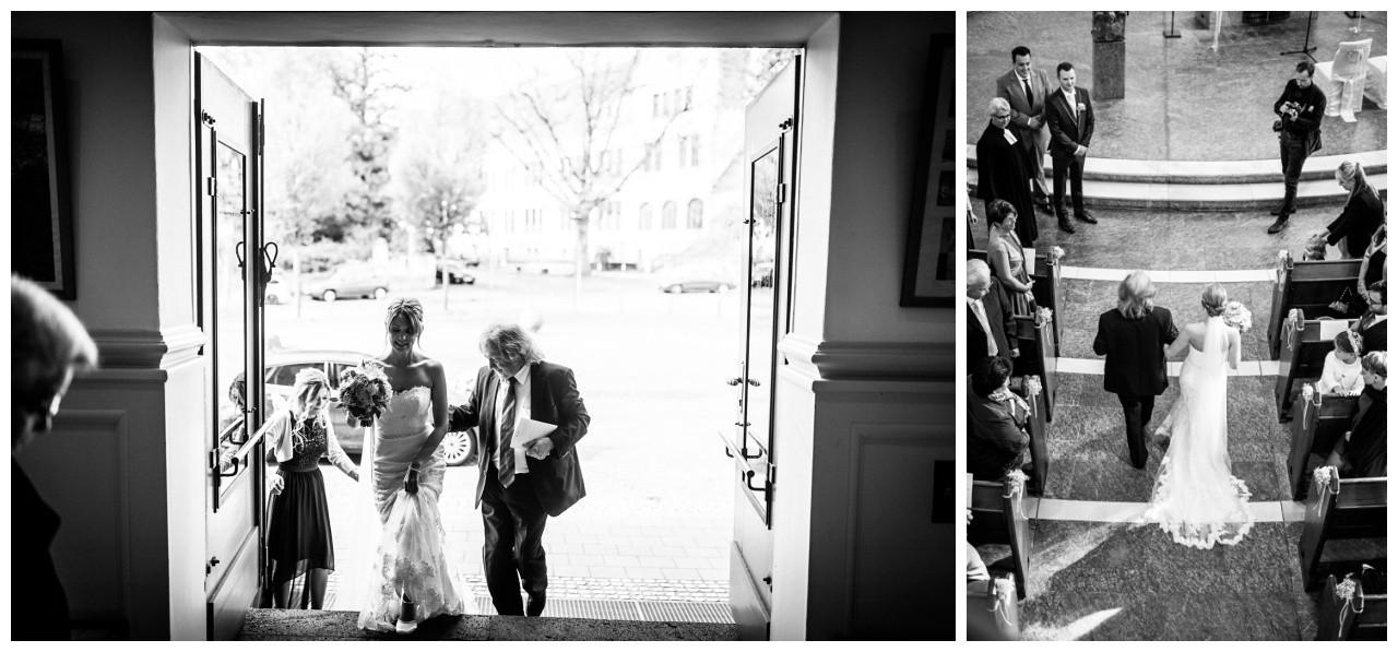 Der Brautvater führt die Braut in die Kirche bei der kirchlichen Trauung in Recklinghausen