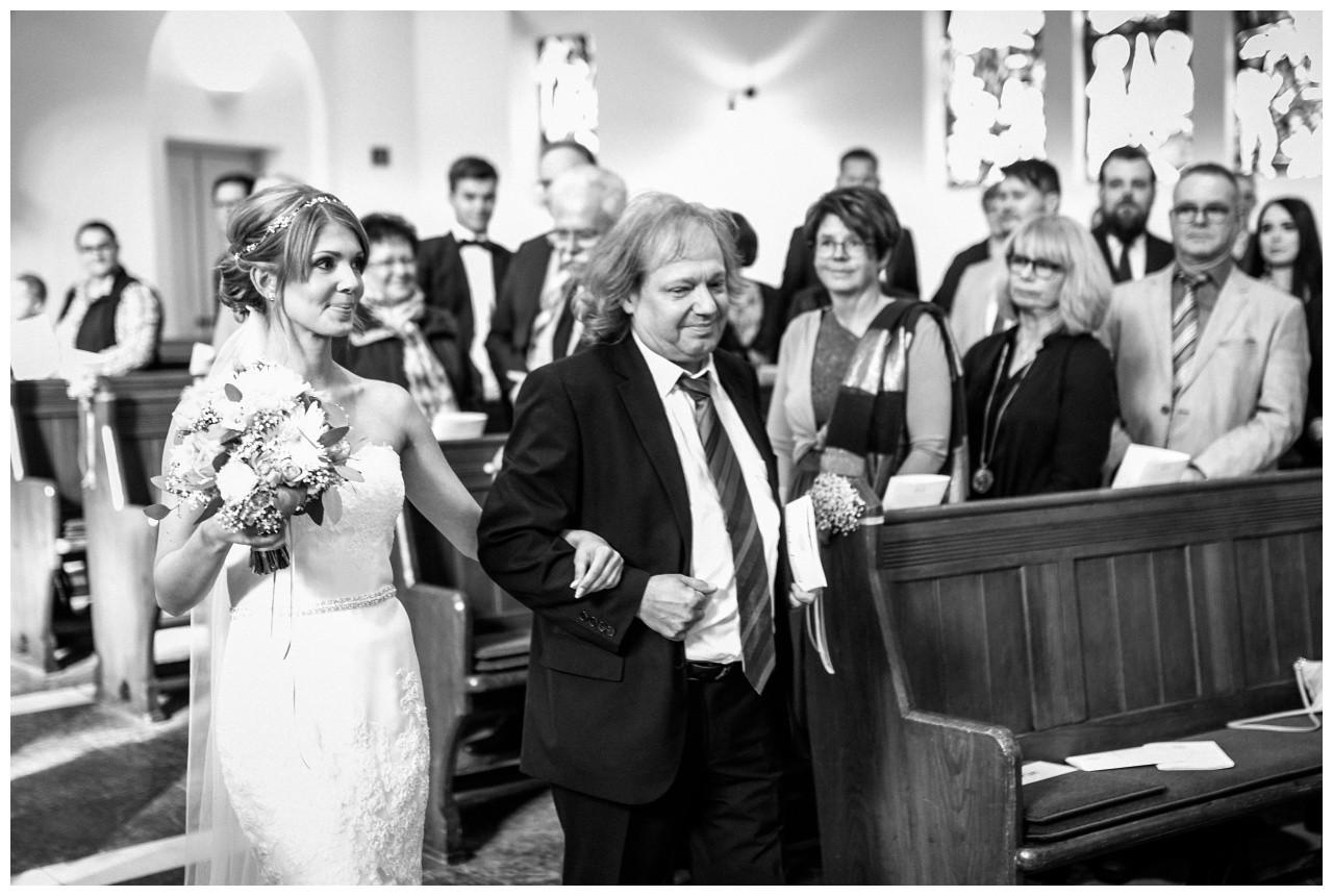 Der Brautvater führt die Braut bei der Hochzeit in Recklinghausen