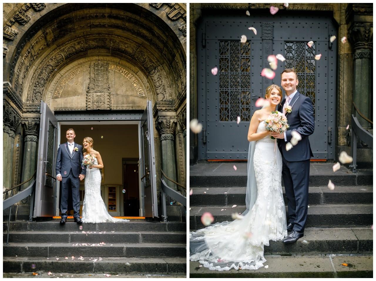 Das Brautpaar wird vor der Kirche mit Blumen und Seifenblasen begrüßt