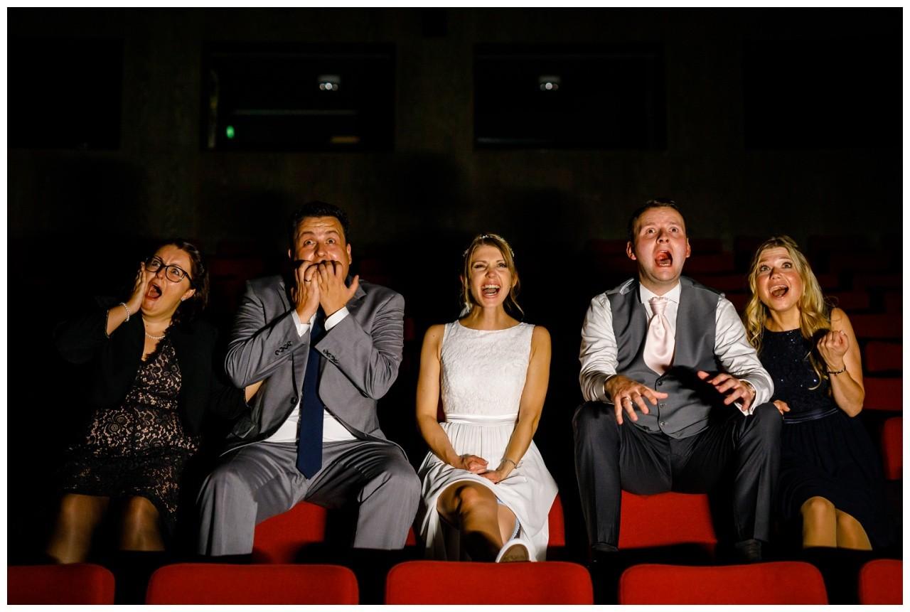Das Brautpaar sitzt mit seinen Trauzeugen zusammen im Kino