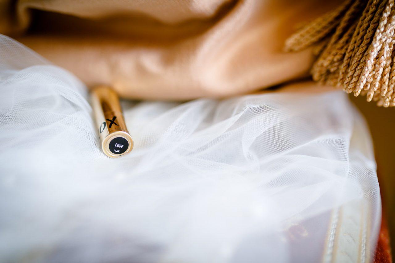 Lippenstift Braut beim Getting Ready bei der Hochzeit in Bonn