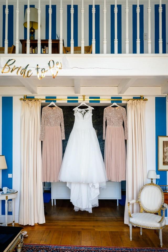 Getting Ready auf Schloss Hertefeld in Weeze das Brautkleid hängt zusammen mit den Brautjungfern Kleidern