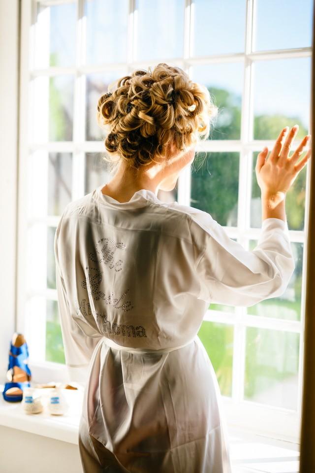Die Braut beim Getting Ready auf Schloss Hertefeld in Weeze