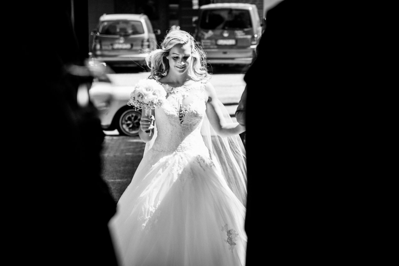 Die Braut schreitet in die Kirche in Weeze