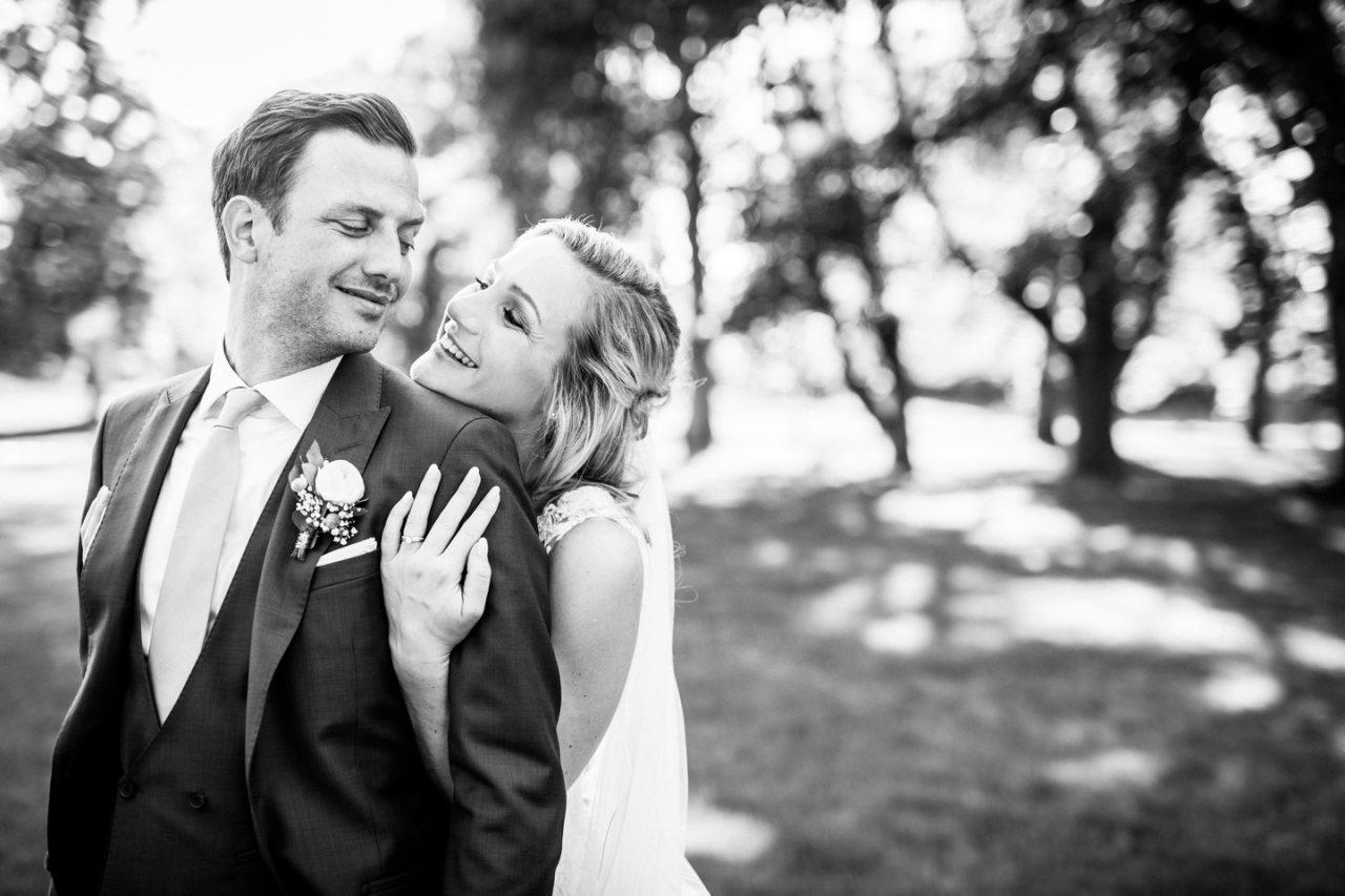 Brautpaarfoto in schwarz weiß