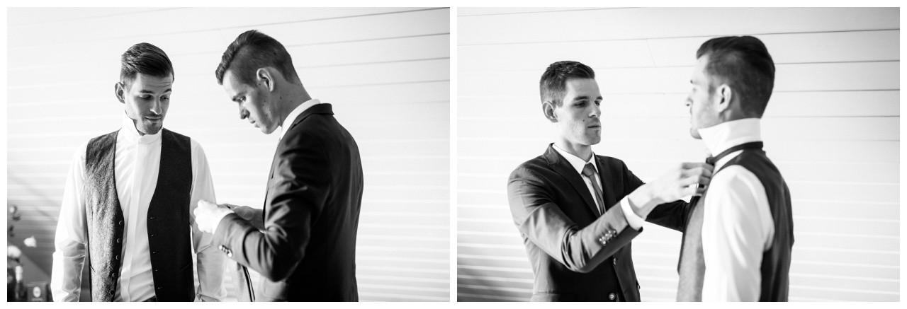Der Trauzeuge hilft dem Bräutigam vor der Hochzeit in Köln