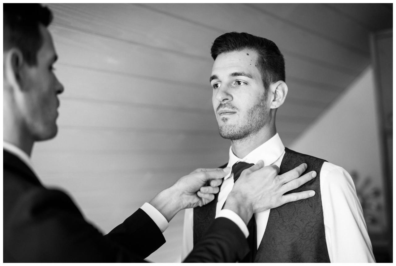 Der Bräutigam in Köln macht sich für die Hochzeit fertig