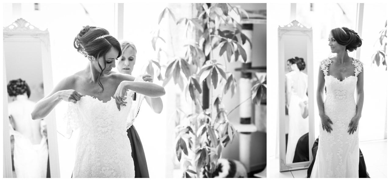 Die Braut zieht ihr Brautkleid an vor der Hochzeit in Köln