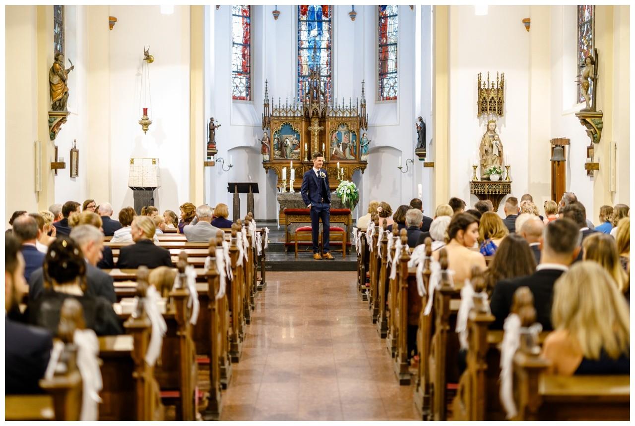 Der Bräutigam wartet in der Kirche