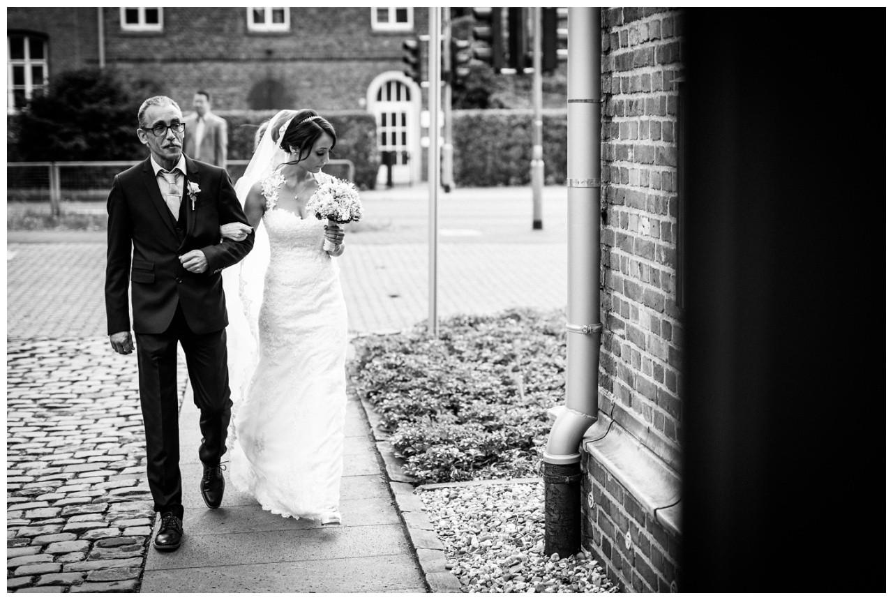 Der Brautvater führt seine Braut zum Altar